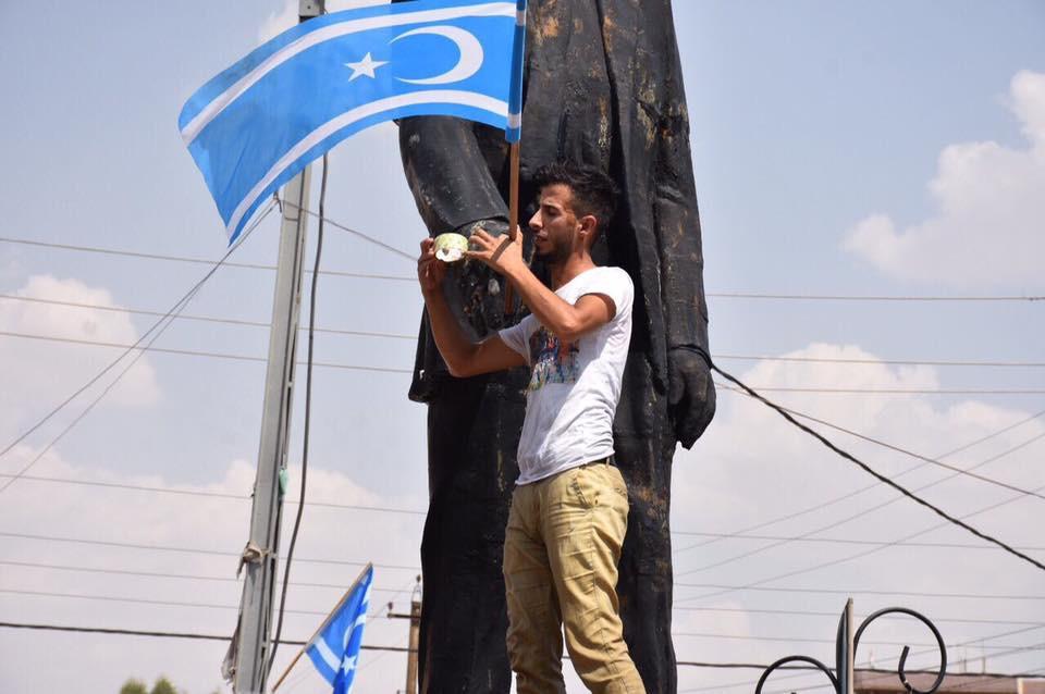 Türkmen Gençleri Kerkük Katliamı Şehit Anıtlarını Bayraklara Süsledi